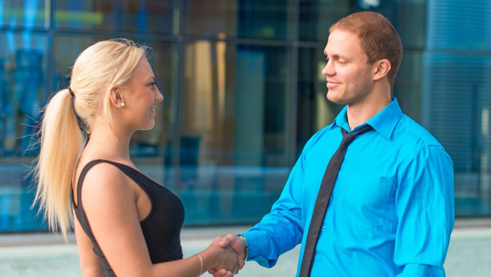 HER LYVER VI MYE: Ifølge ekspertene lyver vi ofte ganske mye i samtaler der vi prøver å bli kjent med en ny person.  Foto: dmitrimaruta - Fotolia