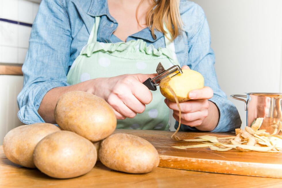 NÆRINGSRIKT SKALL: Mange av næringsstoffene i poteten sitter i og under skallet, så det kan være lurt å la skallet være på når du koker den. Foto: benjaminnolte - Fotolia