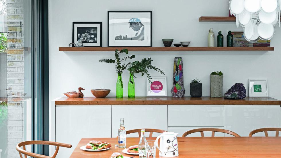 KJØKKENET: David elsker å lage mat for mange, og rundt spisebordet er det plass til 14 personer plassert på klassiske danske Hans Wegener Y-stoler (kr 5200,euklides.no). Lignende lampe har Verner Panton designet (kr 5795, designlite.dk). Foto: James Merrell