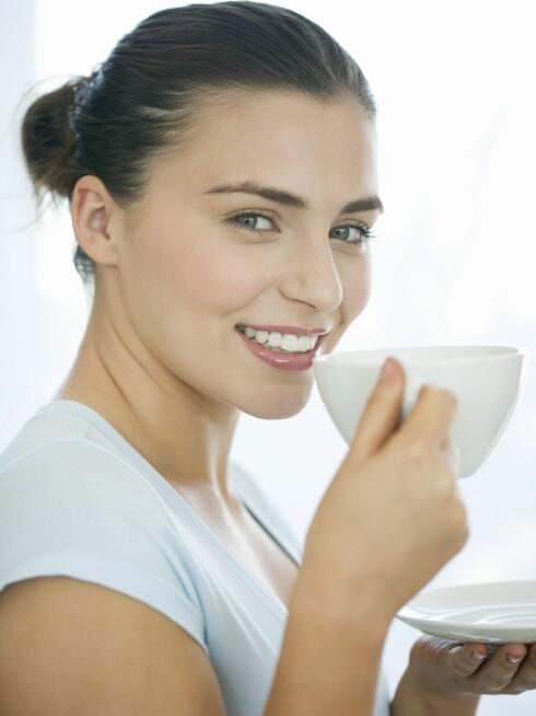 VÆR OBS: Kaffe er blant drikkene som kan skade tennene, mens grønn te derimot, er bra for tennene.  Foto: REX/Mode/All Over Press
