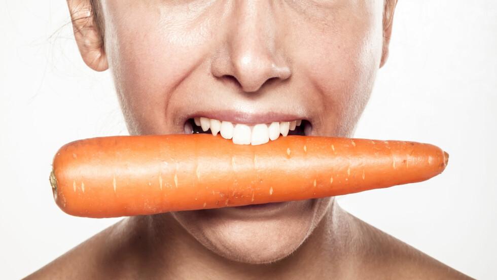 SUNNE, HVITE TENNER: Du trenger kanskje ikke bruke flere tusen på tannbleking! Maten du spiser har også en positiv eller negativ effekt.  Foto: benik.at - Fotolia