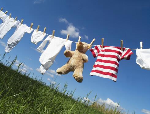 SMART TØRKING: Heng klærne på tørk ute hvis du kan og været tillater det. Bra for milljøet, inneklimaet og gir deilig duft på klærne. Foto: Fotolia