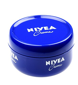 <strong>GIR FUKTIGHET:</strong> Akkurat som at den fukter huden din, gir Nivea Creme også fukt til skinnveska di. Tro det eller ei! Foto: Produsent