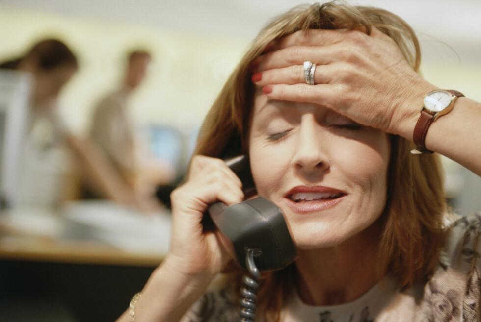 STRESS: Det er fort gjort å ta seg til ansiktet når man stresser eller konsentrerer seg, men prøv å unngå det, råder ekspertene. Foto: bst2012 - Fotolia