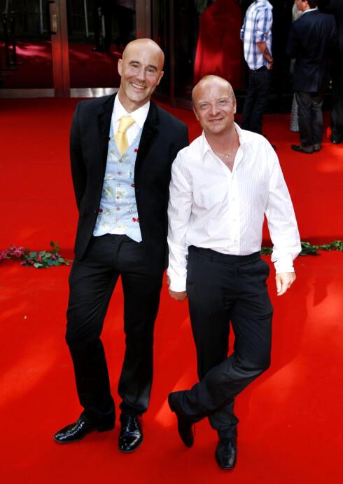 <strong>MED MANNEN:</strong> Jonas Gardell og ektemannen Mark Levengood er gift og har to barn sammen. Foto: All Over Press