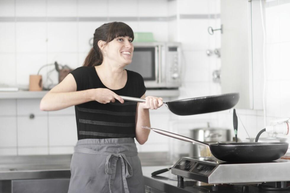 STEKER: Svært mange velger stekepannen over kasserollen, men husk at det beste er å spise variert. Og stekt mat hver dag er ikke det beste for helsa. Foto: (c) Sigrid Gombert/Corbis/All Over Press