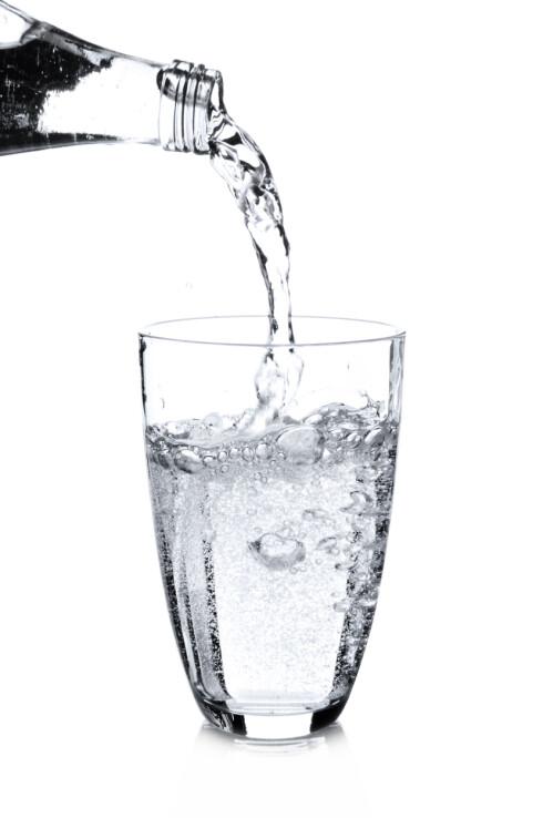 <strong>FORFRISKENDE:</strong> Kullsyreholdig vann er sunnere enn brus, men bør drikkes med måte. Foto: silberkorn73 - Fotolia