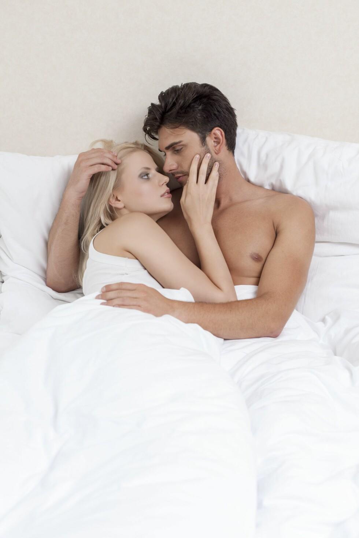 NÆRHET: Det er en myte at menn bare vil ha sex, mens kvinner vil ha kjærester. Også menn vil innerst inne ha en nær relasjon. Foto: REX/Mood Board/All Over Press