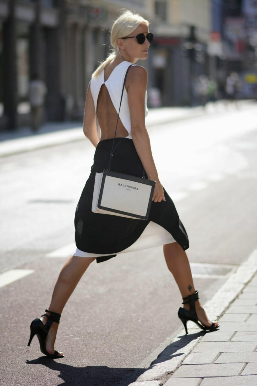 I SOMMERENS IT-KJOLE: Sjefsredaktør i Stylemag og Hippiehippiemilkshake-blogger Celine I. Aaagaard i en hvit kjole med cut-out, som hun har kjøpt på salg på Zara. Foto: Stella Moniq/STYLEmag
