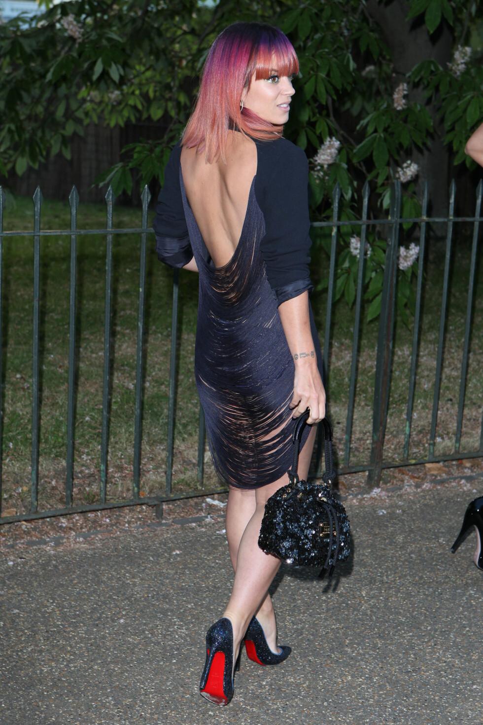 EN V-UTRINGNING GIR EN FLOTT LANG RYGG: - En utringning som er formet som en V, vil få ryggen til å virke lenger, men kjolen bør ikke være for kort, sier KKs stylist Nadine Monroe. Her gjør popstjernen Lily Allen alt helt riktig - kjolen har en kledelig lengde, og ryggen kommer enda mer fram siden kjoleermene er lange.  Foto: action press/All Over Press
