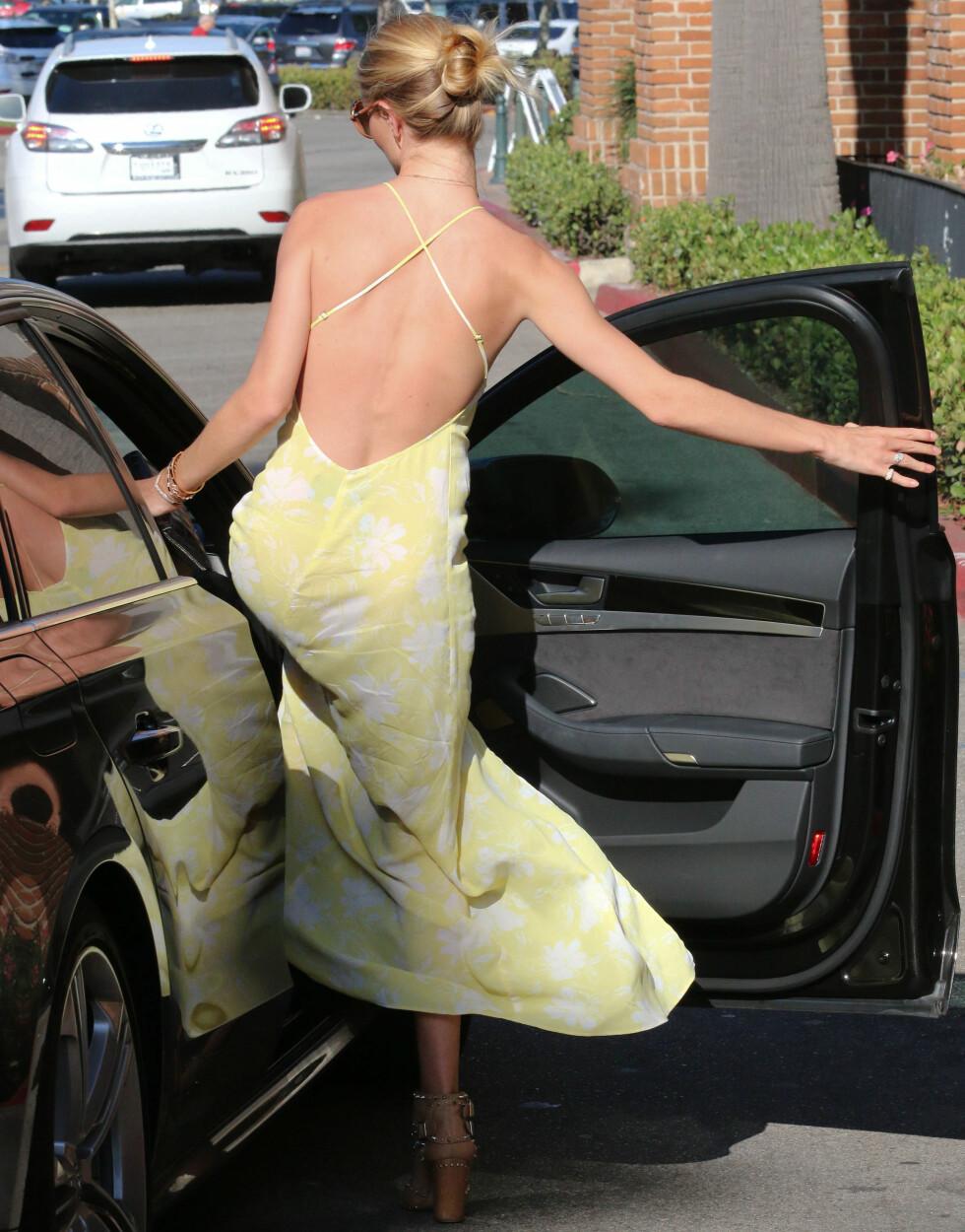 V-SKJÆRING + LANG KJOLE = PERFEKT SYMMETRI: Stilikon Rosie Huntington-Whiteley i en sommerlig kjole med v-utringning og tynne feminine stropper. Foto: REX/Beverly News LLC./All Over P