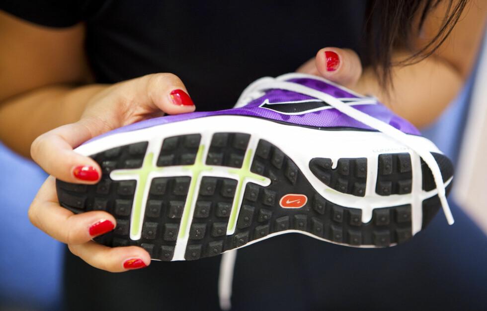 RIKTIG SKO: Spesielt hvis du er plaget med smerter i føttene - for eksempel brennende smerter ut i tørne, bør du gå over til sko som er tilpasset føttene dine for å forhindre at det blir verre. Foto: Per Ervland