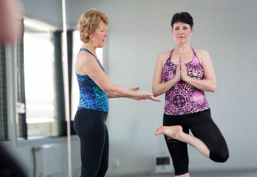 BIKRAM YOGA: To ganger i uken går Trine Lise på yogatrening. Det har gitt henne bedre holdning, smidighet og energi. Her sammen med instruktøren Inger Marie Skårslette (t.v). Inger Marie har utdannelsen sin fra California og driver Bikram Yoga Sandefjord.