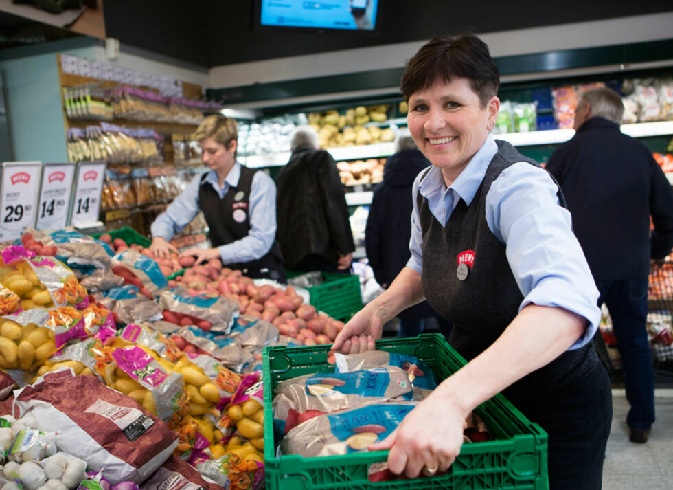 TUNGE LØFT: Trine Lise stortrives som avdelingsleder for frukt- og grønt-avdelingen. Det kan bli mange tunge løft, og da er det viktig med en godt trenet kropp.