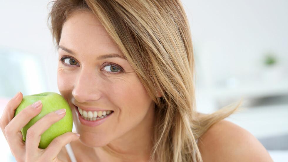 FRUKTFRÅTSING: Frukt og bær egner seg godt til å dempe søtsuget, eller til å nyte som dessert etter middagen. Men hvor mye frukt kan man egentlig spise før det blir for mye? Foto: goodluz - Fotolia