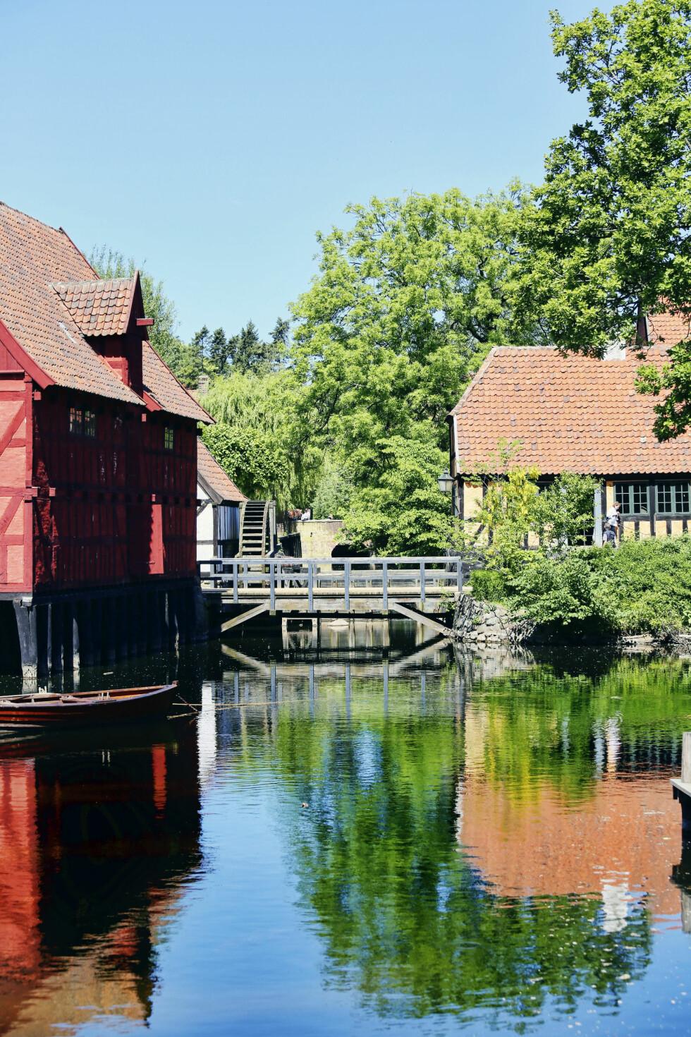 SOM I GAMLE DAGER: Den Gamle By er et spennende friluftsmuseum midt i Århus, der gamle bygninger og bymiljøer er gjort levende. Foto: Erik Valebrokk