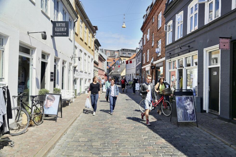 BRA SHOPPING: Århus har selvsagt ikke like god shopping som København, men den er ikke snau heller. Her fra en av de koselige gatene i Latinerkvarteret. # Foto: Erik Valebrokk