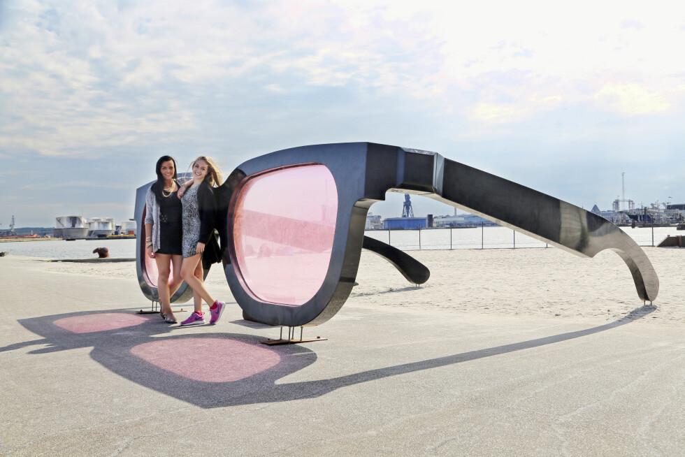 """KUNST VED HAVET: Århus Ø er det nyeste utbyggingsprosjektet ved fjorden, der det bygges nye boliger og serveringssteder. Denne installasjonen er også plassert der og har tidligere vært utstilt på """"Sculptures by the Sea"""". Foto: Erik Valebrokk"""