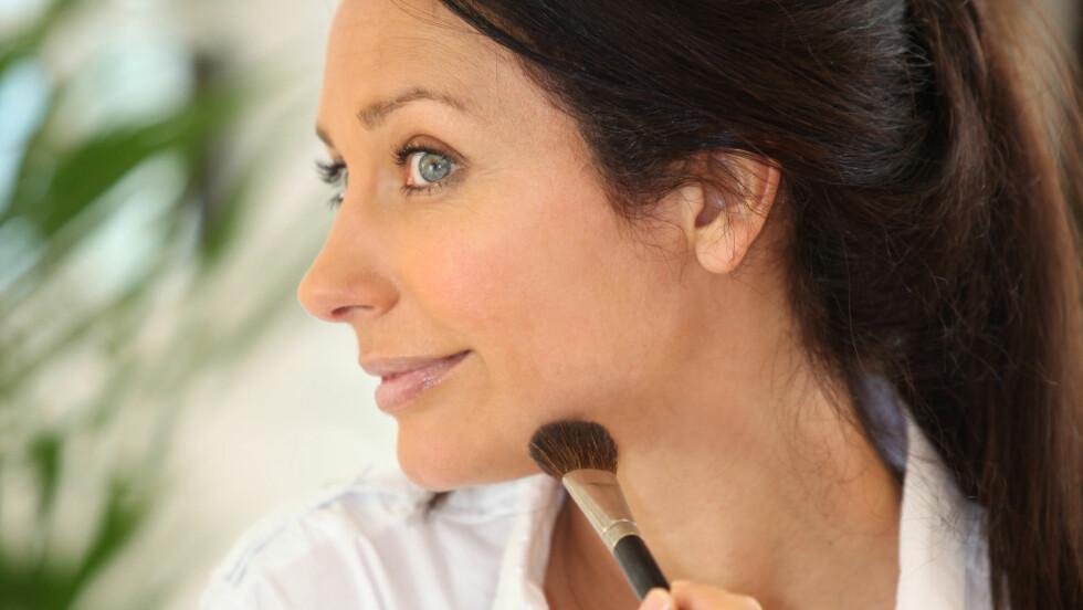 GYLLENT: For å jevne ut forskjellen på brunfargen mellom ansiktet og halsen, kan du gjerne gå for et gyllent mineralpudder eller et solpudder, foreslår makeupartisten.  Foto: auremar - Fotolia