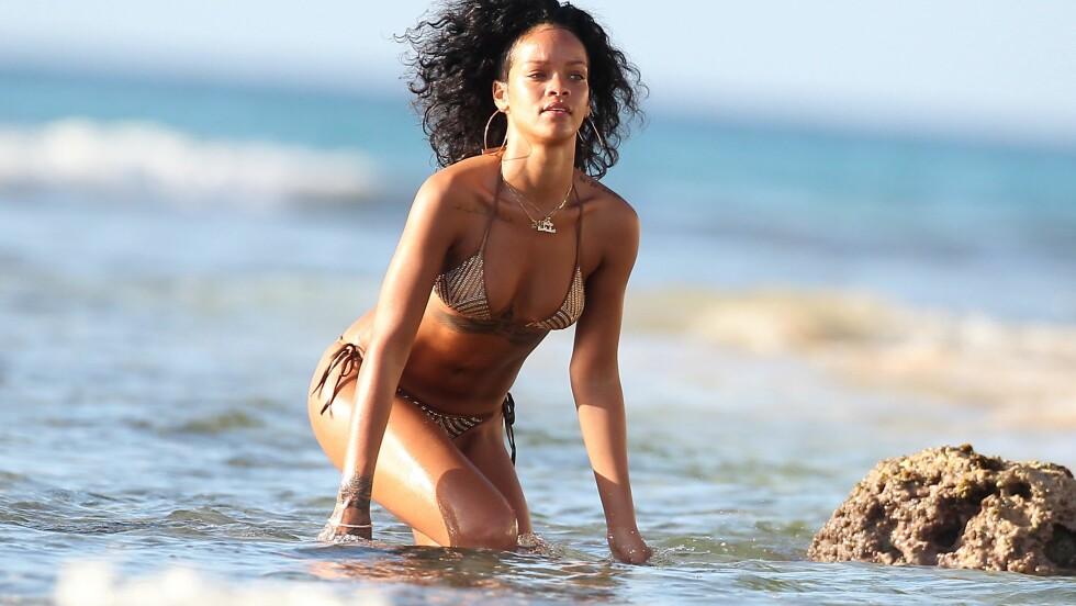 IKKE GJØR SOM RIHANNA OG BAD MED SMYKKER: Rihanna bader med både store øredobber, flere kjeder og armbånd, men saltvann og klor gjør tilbehøret blast, så om du vil bevare smykkene dine fine lengst mulig, bør du unngå å bade med dem. Foto: All Over Press