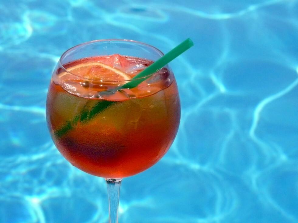 SOMMERENS SAGNOMSUSTE IT-DRINK: Aperol spritz er på ingen måte en ny drink, men denne sommeren har den tatt helt av. Match den freshe fargen med knall oransje lepper, og nyt den bittersøte smaken.  Foto: IMAGO/ All Over Press