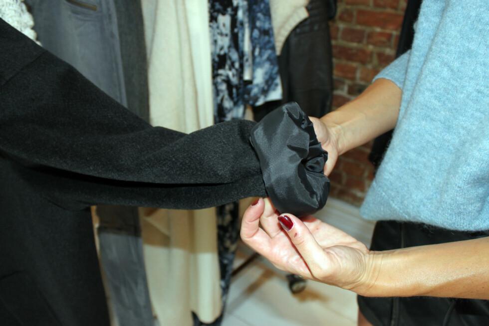 RULL OPP ERMENE: Ikke bare blir jakken litt kulere, men ved å vise fram håndleddet, som jo er kroppens smaleste del, får du en fin figur. Foto: Cecilie Leganger