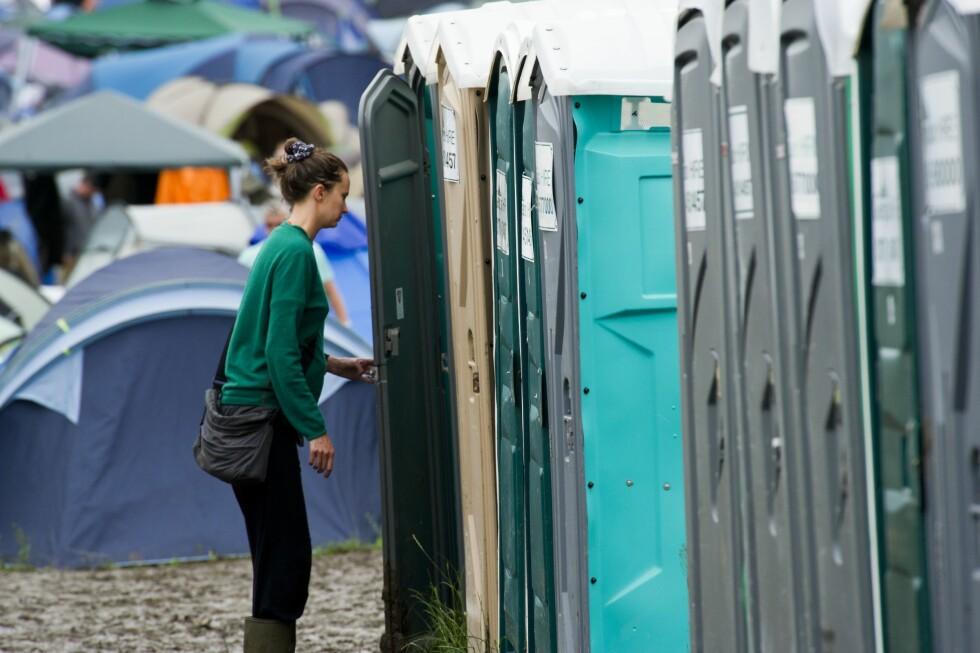 DOPAPIR OG VÅTSERVIETTER: Er veldig praktisk å ha med seg i veska dersom festivaldoen går tom for såpe eller toalettpapir.  Foto: REX/Photofusion/All Over Press