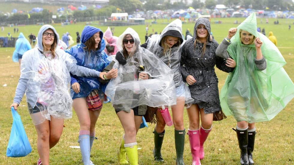 GUMMISTØVLER OG REGNPONCHOER: Disse jentene var klare for det meste på Glanstonbury-festivalen. Poncho, gummistøvler og varme sokker er et must! Foto: REX/Jonathan Hordle/All Over Press