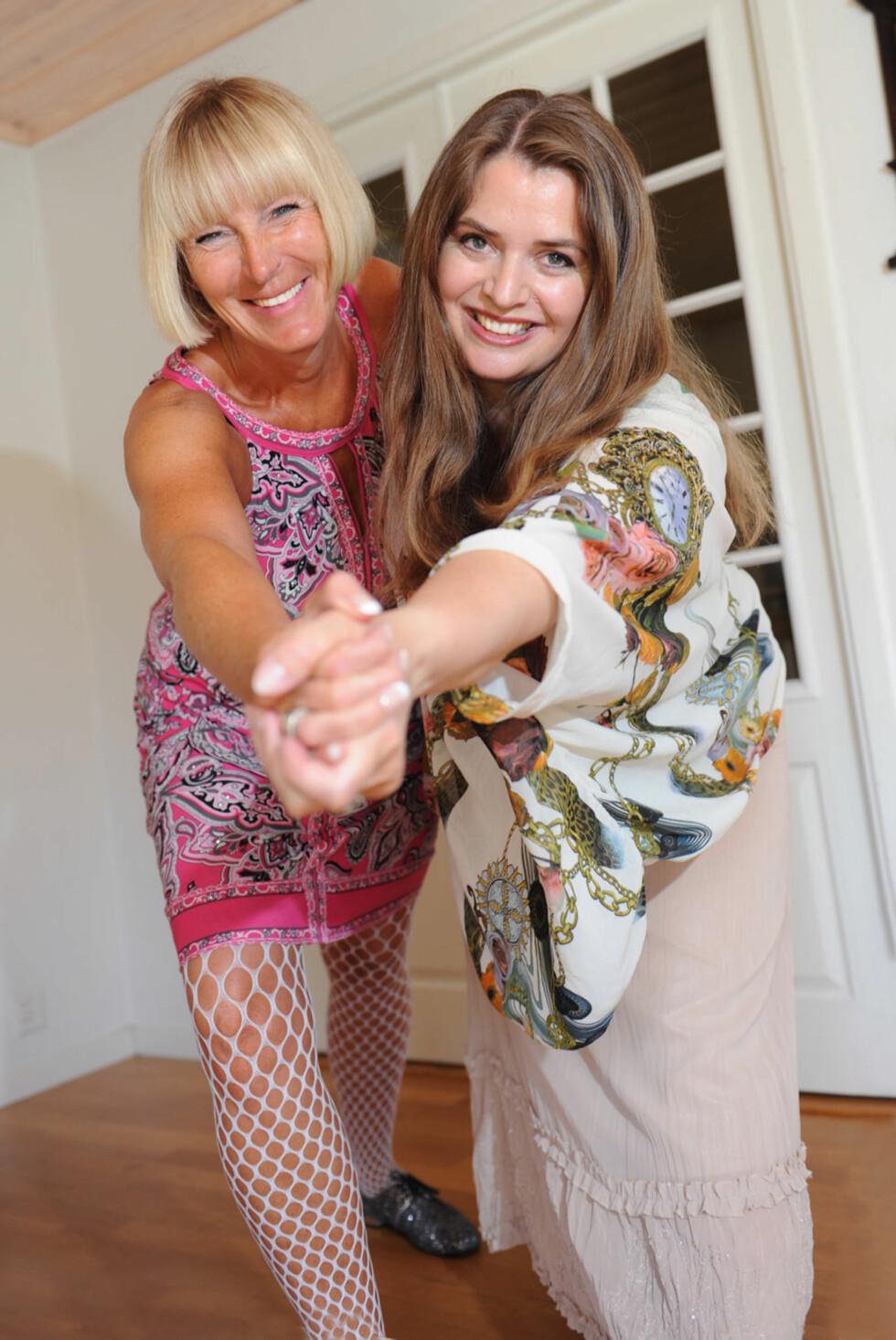 SLOW MOTION-DANS: Her tester Rebekka (t.h) og Anette slow motion-dans. Prøv du også! Dans med armer og bein i overdrevne bevegelser. Veksle mellom å danse fort og sakte cirka tre ganger hver i løpet av en sang på 3-4 minutter.