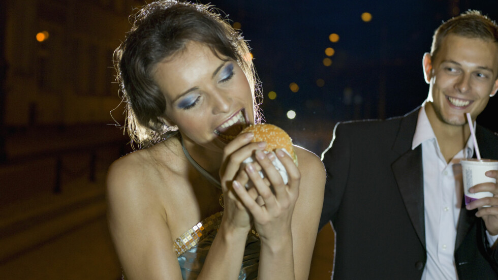 ETTER FESTEN: Det smaker fantastisk, men du lurer deg selv om du tror den forebygger mot bakrus. I tillegg kan nattmaten få en annen konsekvens ... Foto: All Over Press