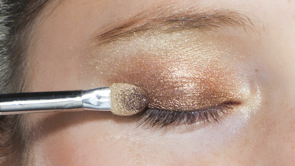 <strong>METALLISK:</strong> Gylne og varme toner, gjerne med en metallisk finish, er superfint til sommerbrun hud. Foto: Astrid Waller