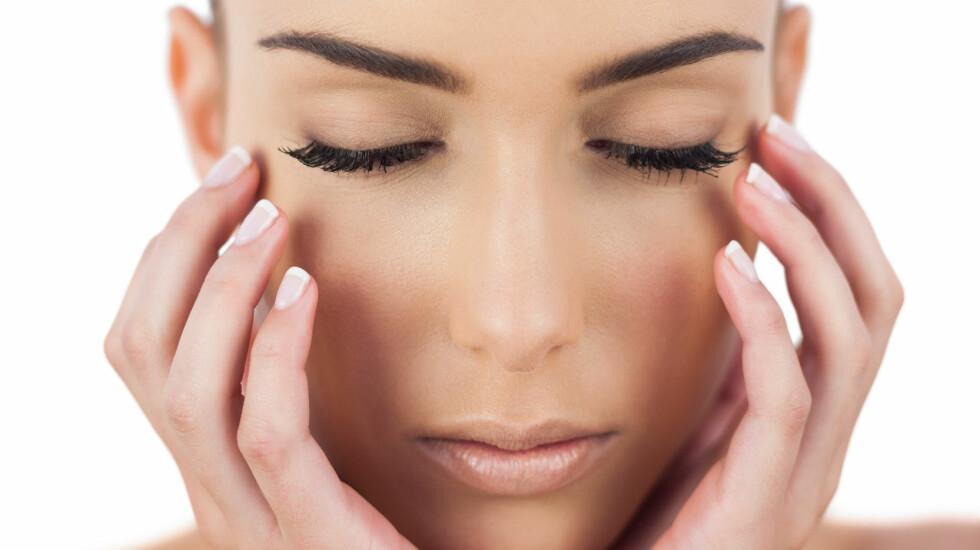 <strong>GYLLENT:</strong> For å framheve den sommerbrune huden din, kan du gjerne velge gylne og varme toner, sier makeupartisten. Foto: WavebreakmediaMicro - Fotolia