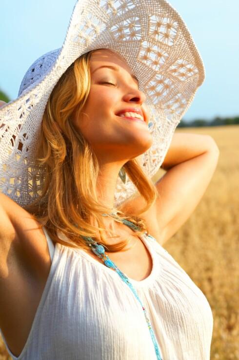 <strong>BESKYTT HÅRET:</strong> En stor solhatt bidrar til å beskytte håret mot sola, men det er ikke det eneste du bør gjøre i sommer. Hvordan du styler håret, hvilke produkter du bruker og når du bruker dem har også mye å si. Foto: Thinkstock