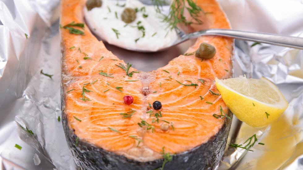 OVNSBAKT: Grill eller bak fisken! Da beholder du alle de gode omega-3-fettsyrene som forsvinner i stekepannen.  Foto: M.studio - Fotolia