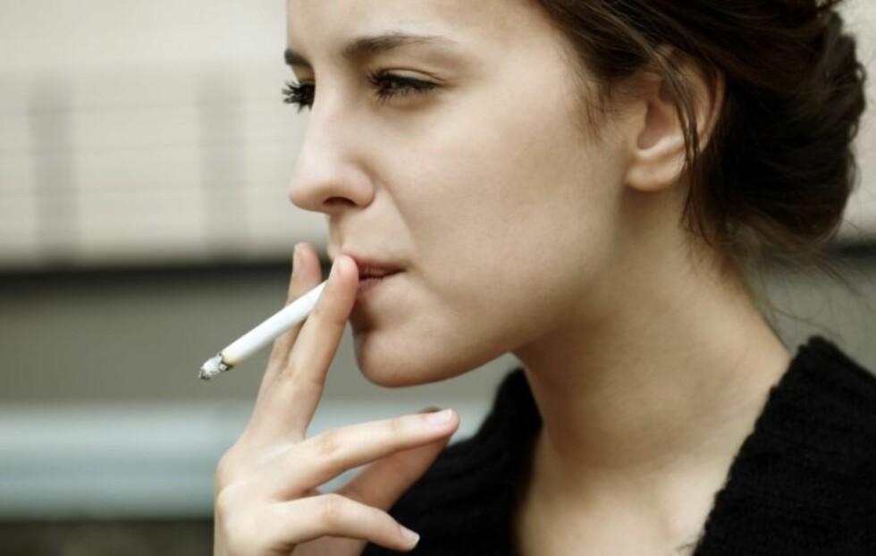 RØYK: Dersom du røyker er dette hovedårsaken til at tennene dine er misfargede og ser eldre ut.