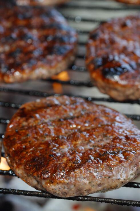 RØDT KJØTT: I grillsesongen er det fort gjort å spise mye rødt kjøtt, og vi kan med fordel kutte ned på inntaket. Særlig når det kommer til blandingsprodukter som kjøttdeig. Foto: Steven May / Alamy/All Over Press