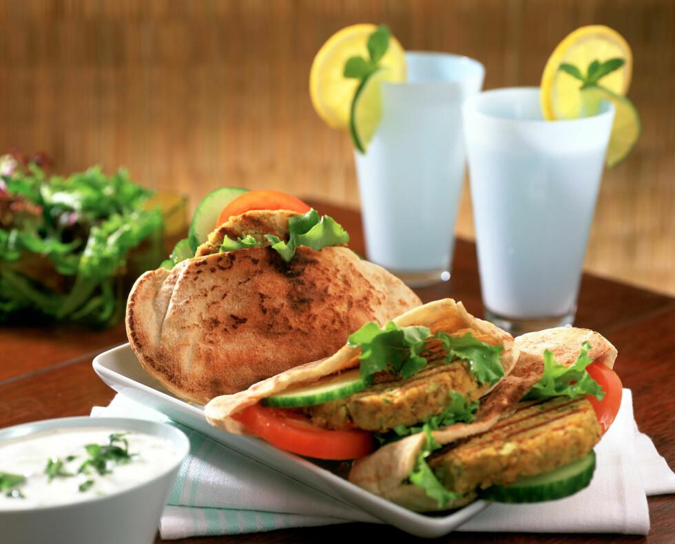 VEGETAR: Du kan lage gode burgere selv helt uten kjøtt. Vegetarburgere kan også være en berikende variasjon i kostholdet ditt. Foto: REX/Woman's Weekly/All Over Press