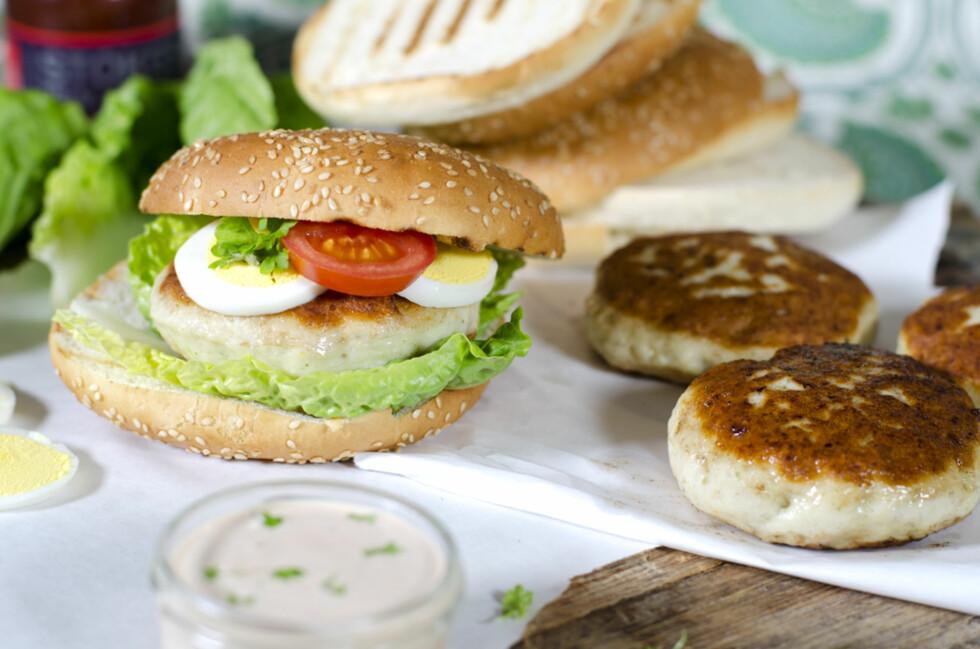 ENKELT: Burgere er en sikker vinner både blant store og små, og disse hjemmelagde fiskeburgerne er slett ingen unntak. Foto: Marit Røttingsnes Westlie, Frutimian.no