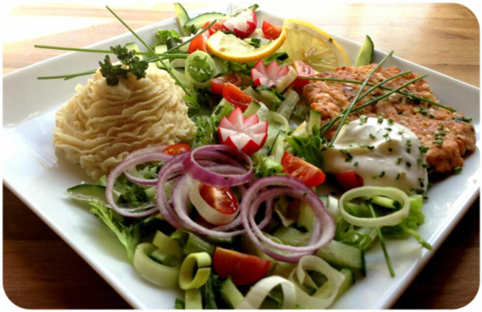 SUNT OG FRISTENDE: Linda Marie Stuhaug har laget hjemmelaget lakseburger og velger å servere den med masse friske grønnsaker, salat og potet- og blomkålmos. Et herlig sunt måltid. Foto: Linda Marie Stuhaug