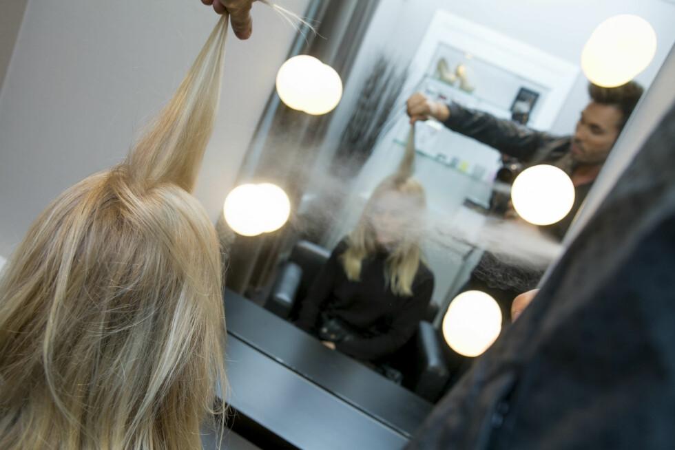 <strong>IKKE RETT I SKILLEN:</strong> Ifølge Jan Thomas fungerer tørrsjampoen bedre hvis du deler håret i seksjoner, dropper å spraye rett i skillen, holder 30 cm avstand med flasken OG lar tørrsjampoen virke i 30 sekunder FØR du rister/rufser i det.  Foto: Per Ervland