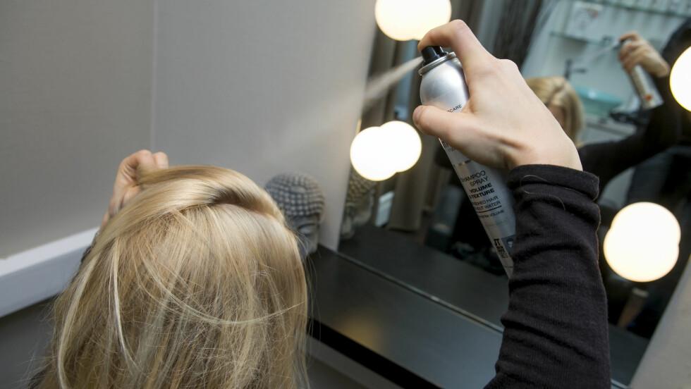 <strong>I SEKSJONER:</strong> Del håret inn i seksjoner når du sprayer det med tørrsjampo, og hold flasken cirka 30 centimeter unna håret.  Foto: Per Ervland