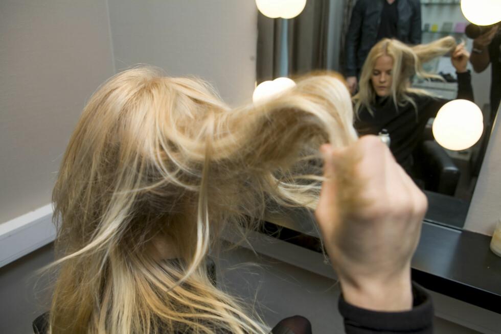 <strong>RIST I HÅRET:</strong> Ta tak i tuppene og rist i håret, fremfor å bruke hendene i håret for å rufse det til. Det gir tørrsjampoen bedre tid til å absorbere fettstoffene også.  Foto: Per Ervland