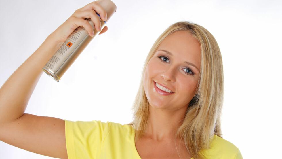 <strong>FOR TETT PÅ:</strong> Du bør holde flaska minst 30 centimeter fra håret når du sprayer, ellers kan du fort ende opp med altfor mye produkt og synlige produktrester i håret.  Foto: All Over Press