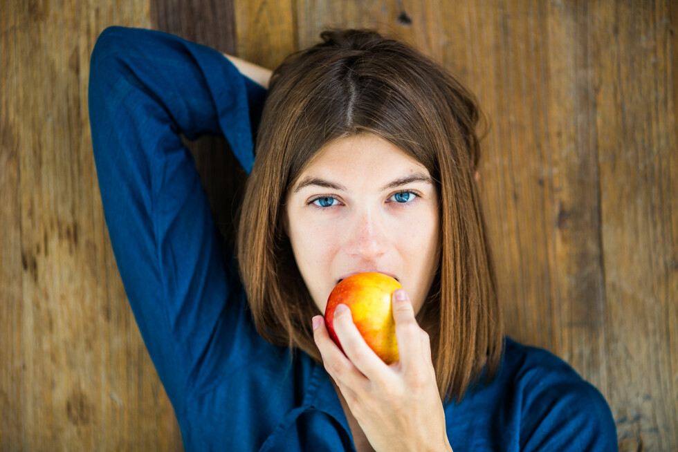 Model Released - Woman eating an apple. Foto: All Over Press