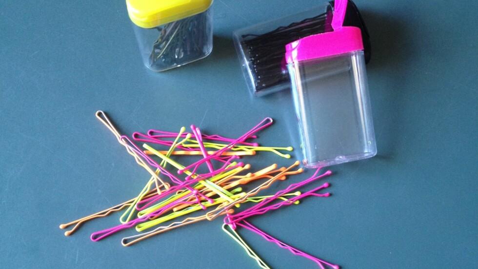 KAN GODT SYNES: Hårnålene er enkle å skjule, men hvorfor ikke gå for fargerike hårnåler og gjøre dem til en synlig del av frisyren? Du kan også bruke dem til helt andre ting, så du kan virkelig ikke få nok av disse geniale nålene. Foto: Aina Kristiansen