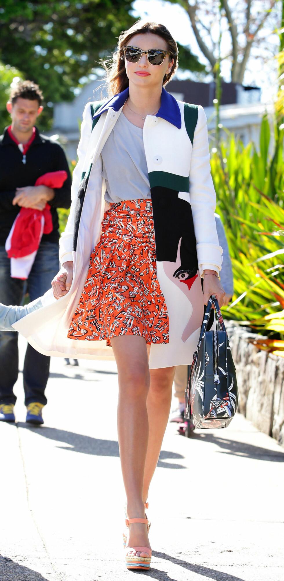 <strong>SKJØRT MED HØYT LIV:</strong> Supermodell Miranda Kerr får lange ben i dette antrekket, og ved å ha t-skjorten ned i linningen på skjørtet, får hun en flott midje. Foto: REX/Cameron Richardson/Newspix/A