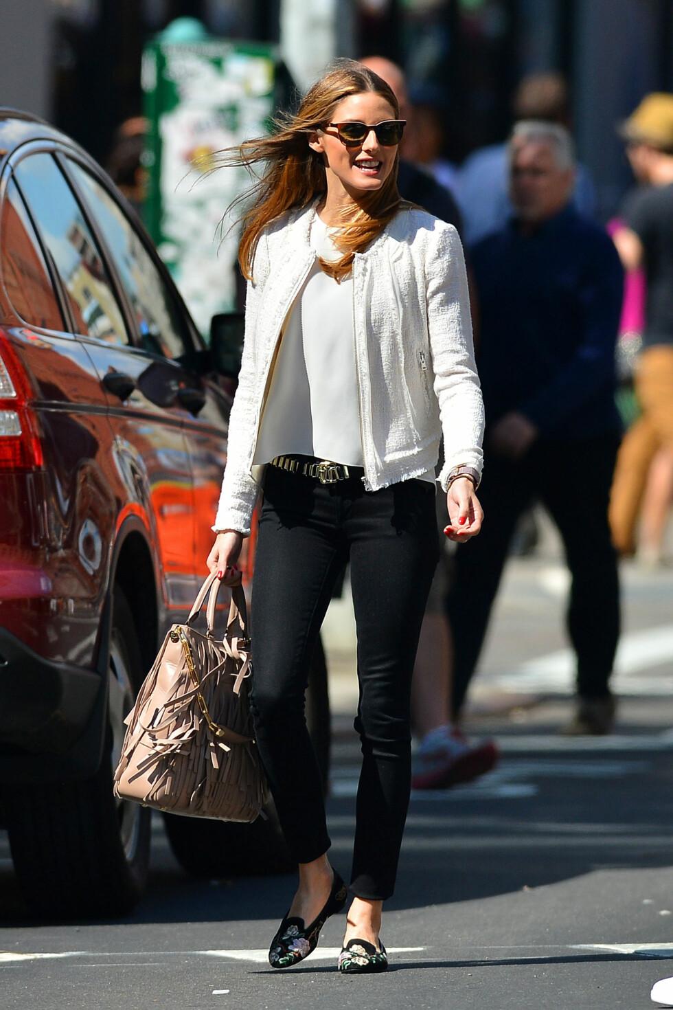 <strong>JAKKEN RETTER FOKUS MOT MIDJEN:</strong> Stilikon Olivoia Palermo inspirerer oss bestandig - her har hun stylet sorte jeans med en tynn silketopp, et rocka belte og en hvit kort jakke, som gir henne mer midje. De flate skoene, solbrillene og frynsevesken gjør antrekket enda mer spennende. Foto: PacificCoastNews/All Over Press