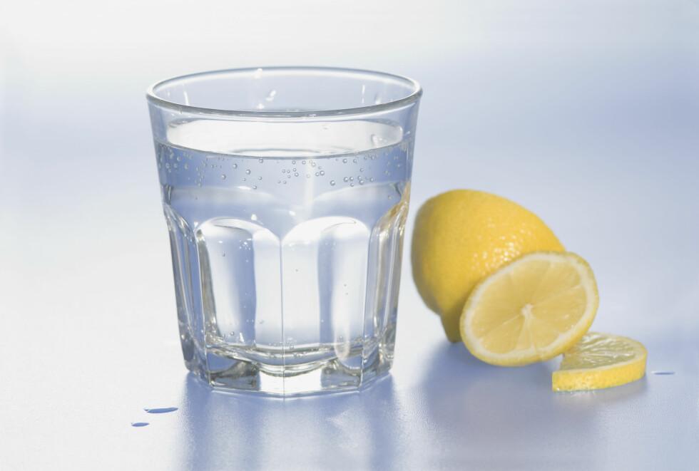 <strong>PÅ TOM MAGE:</strong> Forsøk å starte dagen med et glass varmt vann med sitron.  Foto: All Over Press