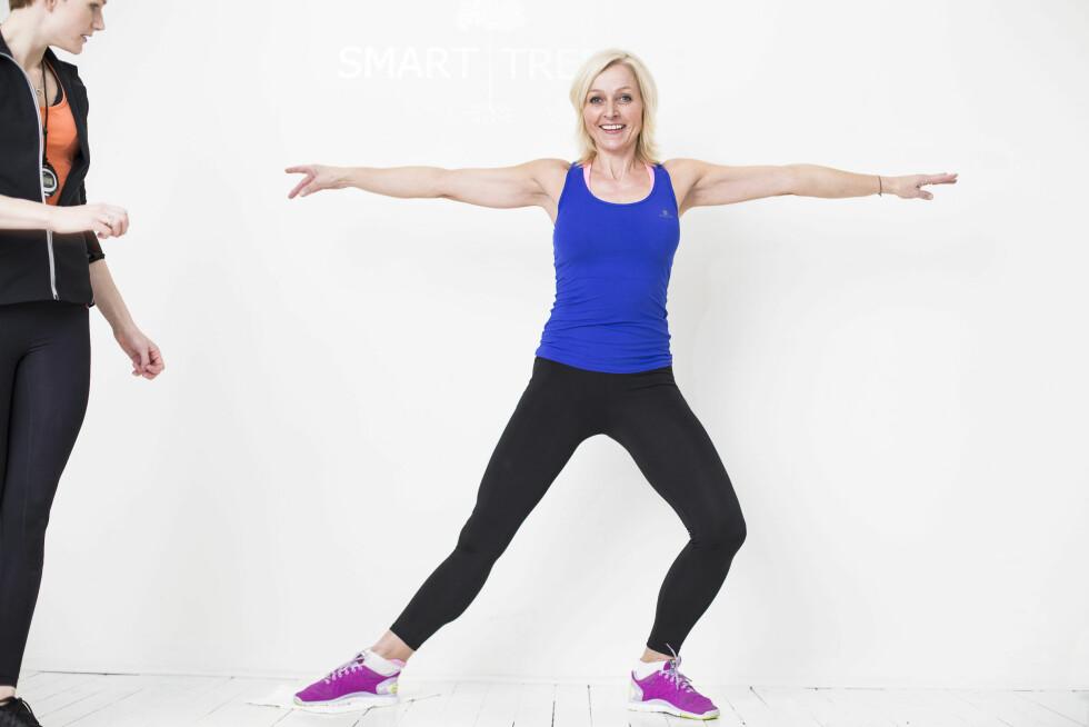 SIDEUTFALL: TV2-programleder Vår Staude, som trener med Helle Bornstein, viser hvordan du utfører øvelsen.   Foto: Schibsted