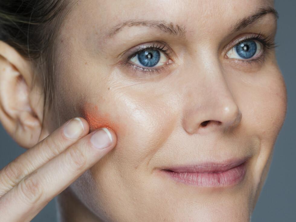 ROUGE: Gi kinnene en frisk, men naturlig farge med glød ved å velge en kremrouge. Foto: Astrid Waller